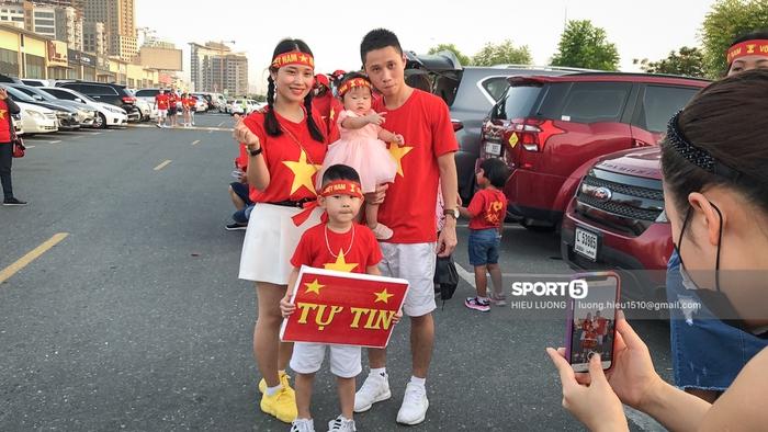 Fan Việt Nam xếp hàng dài vào sân, xóa tan nghi ngờ Hoàng tử UAE mua hết vé - Ảnh 8.