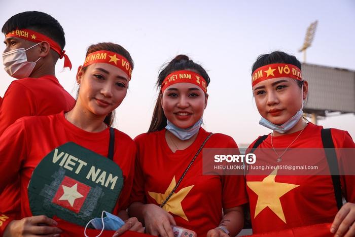 Fan Việt Nam xếp hàng dài vào sân, xóa tan nghi ngờ Hoàng tử UAE mua hết vé - Ảnh 4.