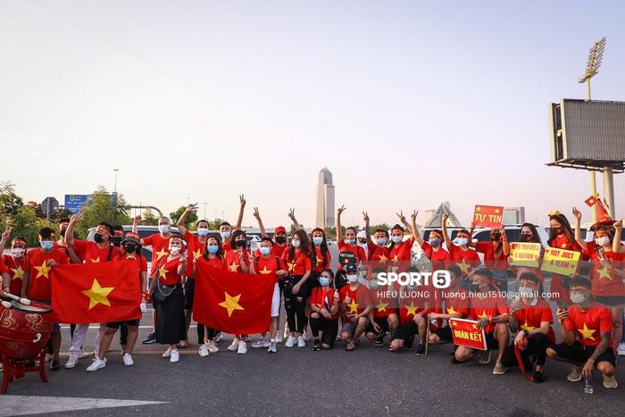 Fan Việt Nam xếp hàng dài vào sân, xóa tan nghi ngờ Hoàng tử UAE mua hết vé - Ảnh 2.