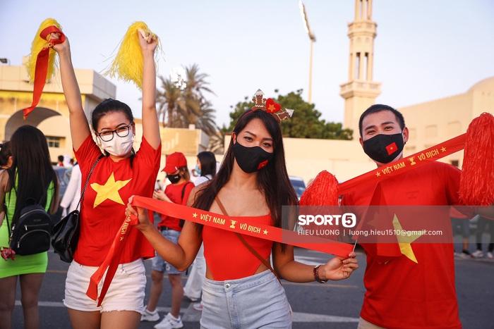 Fan Việt Nam xếp hàng dài vào sân, xóa tan nghi ngờ Hoàng tử UAE mua hết vé - Ảnh 5.