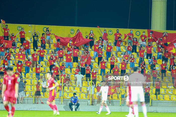 Tuyển Việt Nam vỗ tay cảm ơn người hâm mộ tại UAE - Ảnh 4.