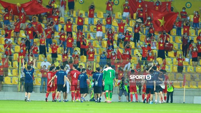 Tuyển Việt Nam vỗ tay cảm ơn người hâm mộ tại UAE - Ảnh 6.