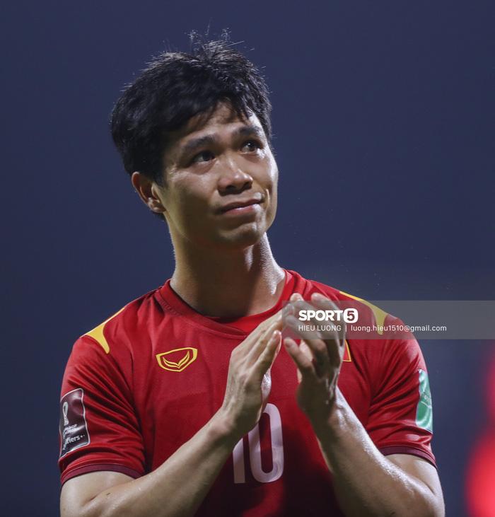 Ban huấn luyện UAE xếp hàng, vỗ tay động viên tuyển Việt Nam sau thất bại - Ảnh 3.