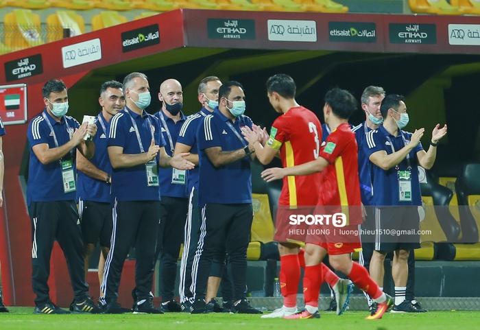 Ảnh: Ban huấn luyện UAE xếp hàng, vỗ tay động viên tuyển Việt Nam sau thất bại - Ảnh 2.
