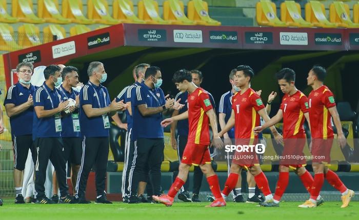 Ảnh: Ban huấn luyện UAE xếp hàng, vỗ tay động viên tuyển Việt Nam sau thất bại - Ảnh 1.