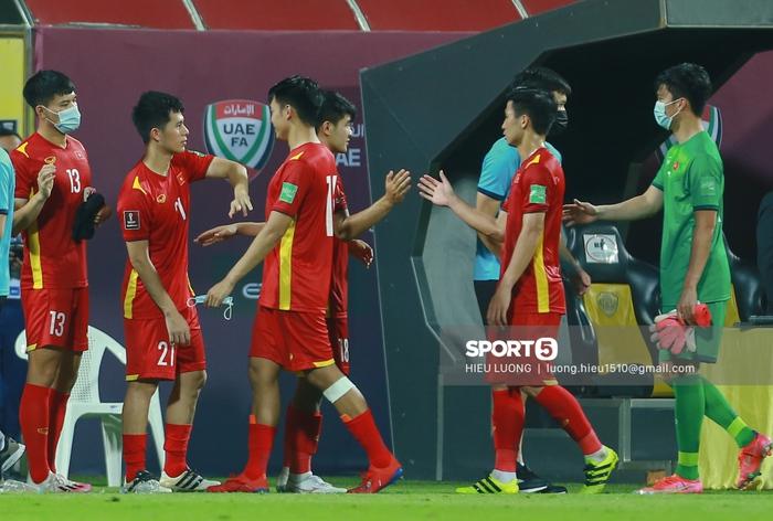 Ảnh: Ban huấn luyện UAE xếp hàng, vỗ tay động viên tuyển Việt Nam sau thất bại - Ảnh 4.