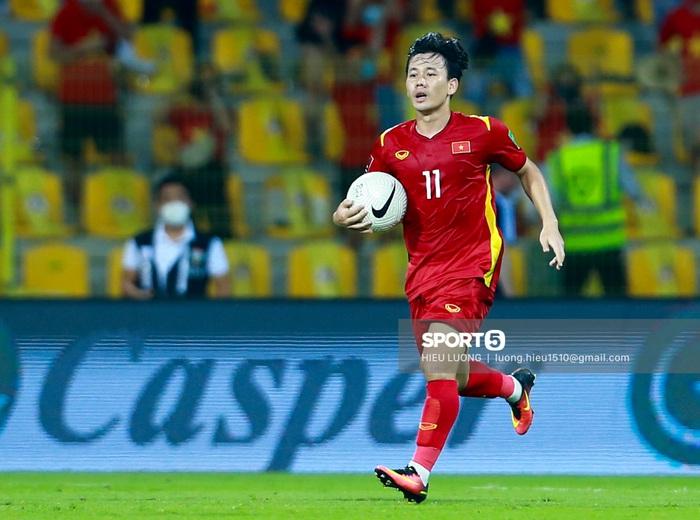 Ảnh: Ban huấn luyện UAE xếp hàng, vỗ tay động viên tuyển Việt Nam sau thất bại - Ảnh 8.