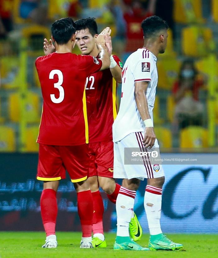 Ảnh: Ban huấn luyện UAE xếp hàng, vỗ tay động viên tuyển Việt Nam sau thất bại - Ảnh 7.