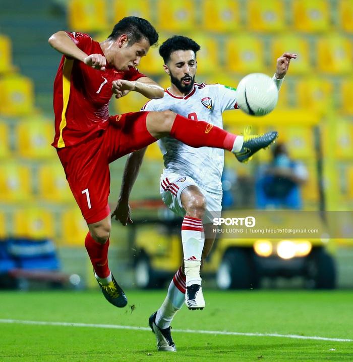 Ảnh: Ban huấn luyện UAE xếp hàng, vỗ tay động viên tuyển Việt Nam sau thất bại - Ảnh 9.