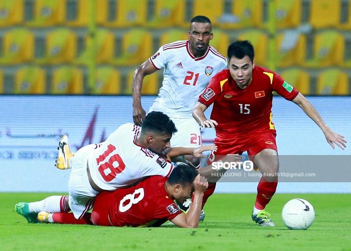 Ảnh: Ban huấn luyện UAE xếp hàng, vỗ tay động viên tuyển Việt Nam sau thất bại - Ảnh 6.