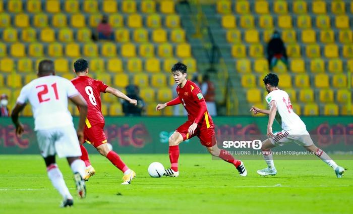 Ảnh: Ban huấn luyện UAE xếp hàng, vỗ tay động viên tuyển Việt Nam sau thất bại - Ảnh 5.