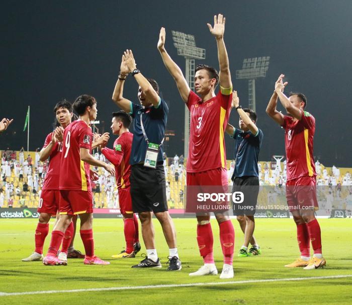 Tuyển Việt Nam vỗ tay cảm ơn người hâm mộ tại UAE - Ảnh 1.