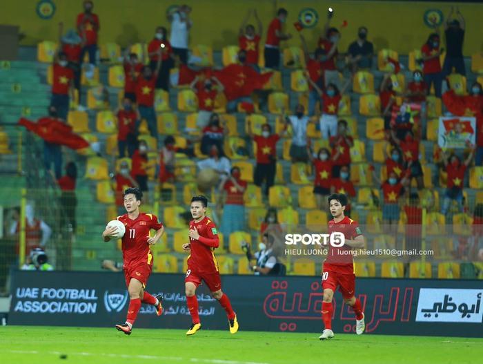 Tuyển Việt Nam vỗ tay cảm ơn người hâm mộ tại UAE - Ảnh 3.