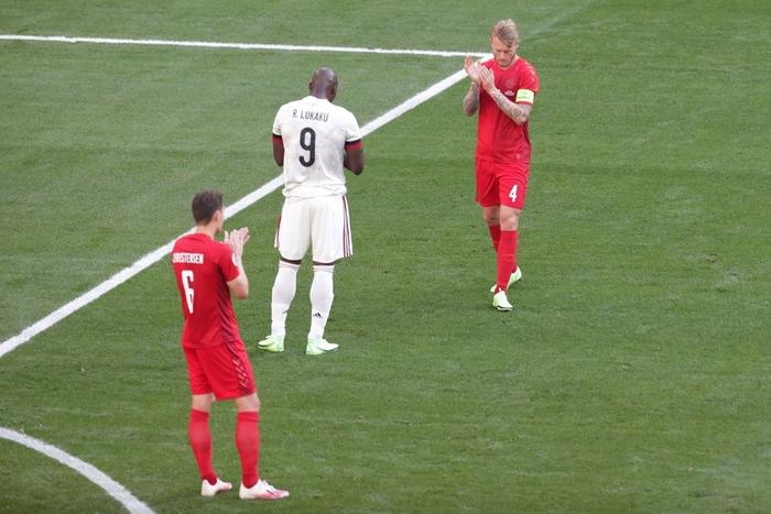 Giữ đúng lời hứa, tuyển Bỉ và Đan Mạch dừng bóng phút thứ 10 để tri ân Eriksen - Ảnh 1.