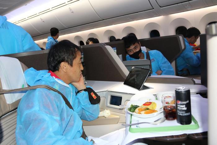 Đội tuyển Việt Nam cảm động vì được tri ân bằng món ăn đặc biệt - Ảnh 6.