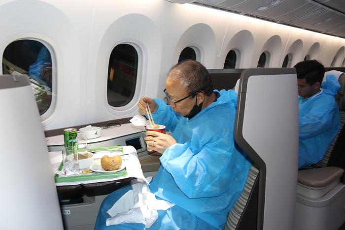 Đội tuyển Việt Nam cảm động vì được tri ân bằng món ăn đặc biệt - Ảnh 4.