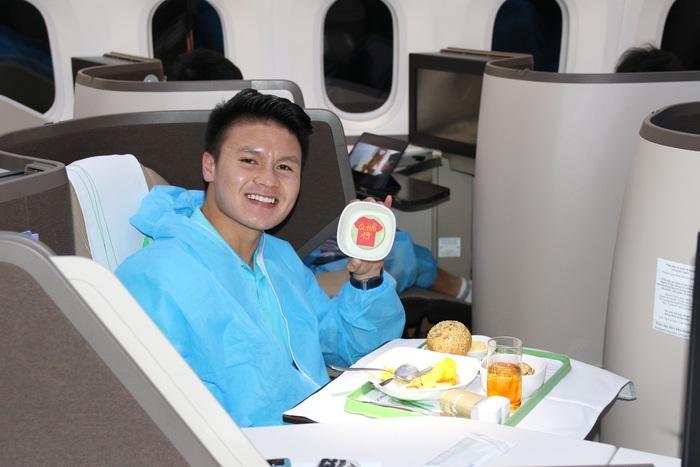 Đội tuyển Việt Nam cảm động vì được tri ân bằng món ăn đặc biệt - Ảnh 3.