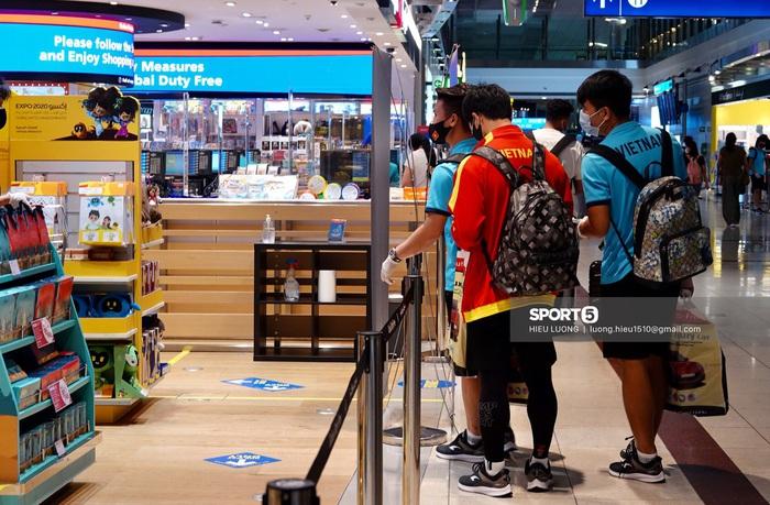 Những mẩu chuyện vui của tuyển Việt Nam ở sân bay Dubai và Tân Sơn Nhất - Ảnh 2.