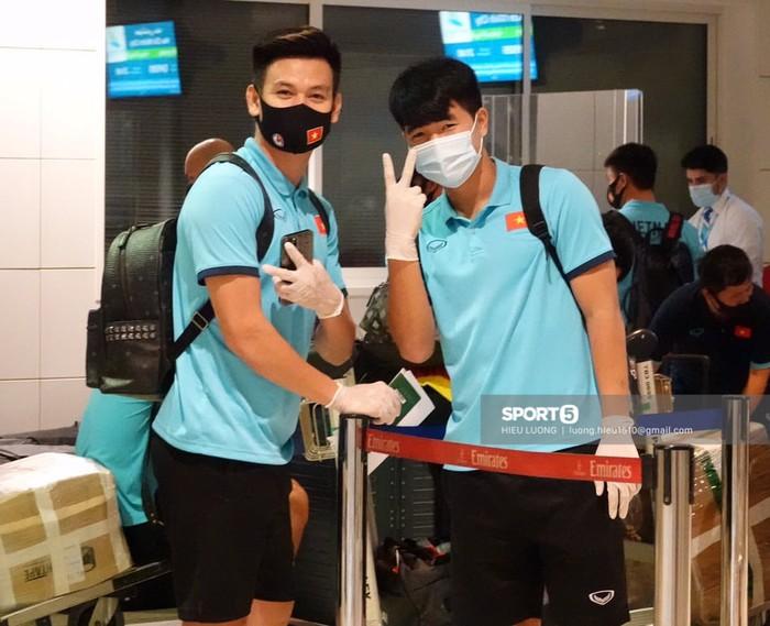 Những mẩu chuyện vui của tuyển Việt Nam ở sân bay Dubai và Tân Sơn Nhất - Ảnh 1.