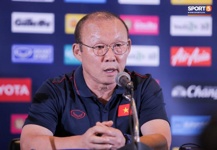 Báo Trung Quốc chê ban huấn luyện đội tuyển Việt Nam không đông đảo và chuyên nghiệp như tuyển Trung Quốc - Ảnh 2.