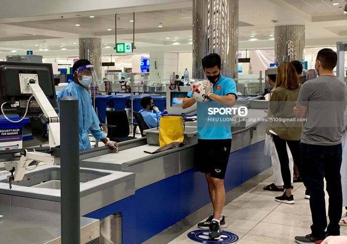 Những mẩu chuyện vui của tuyển Việt Nam ở sân bay Dubai và Tân Sơn Nhất - Ảnh 4.