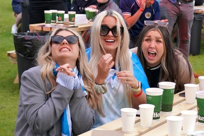 50 sắc thái của các cô nàng theo dõi derby Anh vs Scotland đêm qua: Vui, buồn, lo lắng... đủ cả! - ảnh 1