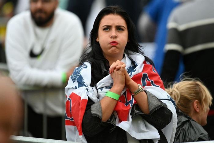 50 sắc thái của các cô nàng theo dõi derby Anh vs Scotland đêm qua: Vui, buồn, lo lắng... đủ cả! - ảnh 7