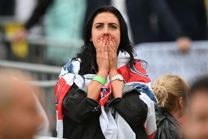 50 sắc thái của các cô nàng theo dõi derby Anh vs Scotland đêm qua: Vui, buồn, lo lắng... đủ cả! - ảnh 8
