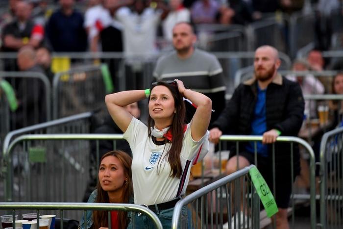 50 sắc thái của các cô nàng theo dõi derby Anh vs Scotland đêm qua: Vui, buồn, lo lắng... đủ cả! - ảnh 6