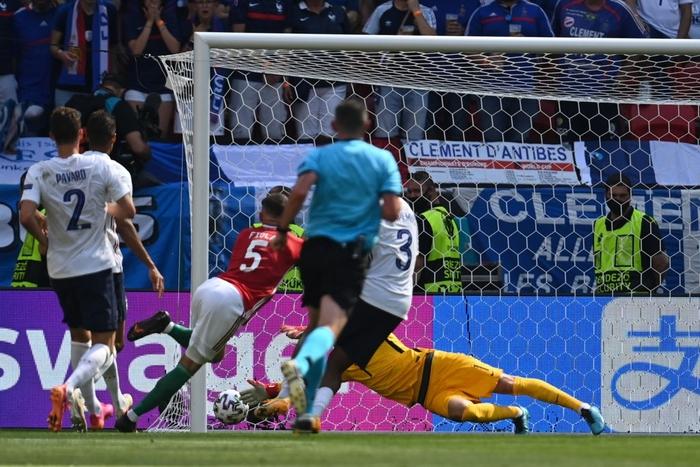 Cầu thủ và CĐV Hungary ăn mừng cuồng nhiệt sau bàn thắng dẫn trước tuyển Pháp - Ảnh 1.