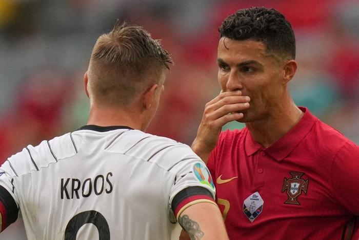 """Ronaldo cởi trần khoe cơ bụng 6 múi """"chỉ uống nước lọc, không Coca"""" trước 10.000 khán giả - Ảnh 7."""