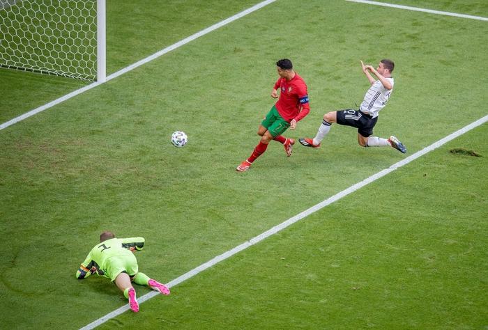 """Ronaldo làm xiếc với trái bóng, trêu đùa hai hậu vệ kỳ cựu tuyển Đức trước khi bị cho """"ăn hành"""" tơi tả - Ảnh 2."""