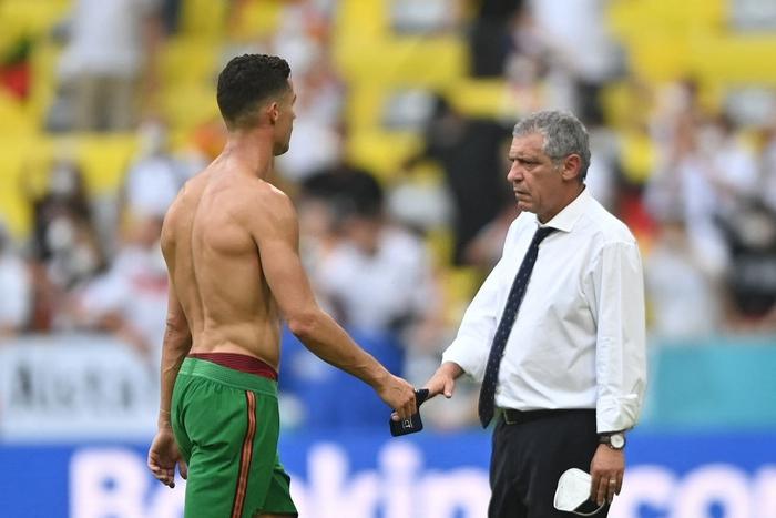 """Ronaldo cởi trần khoe cơ bụng 6 múi """"chỉ uống nước lọc, không Coca"""" trước 10.000 khán giả - Ảnh 5."""