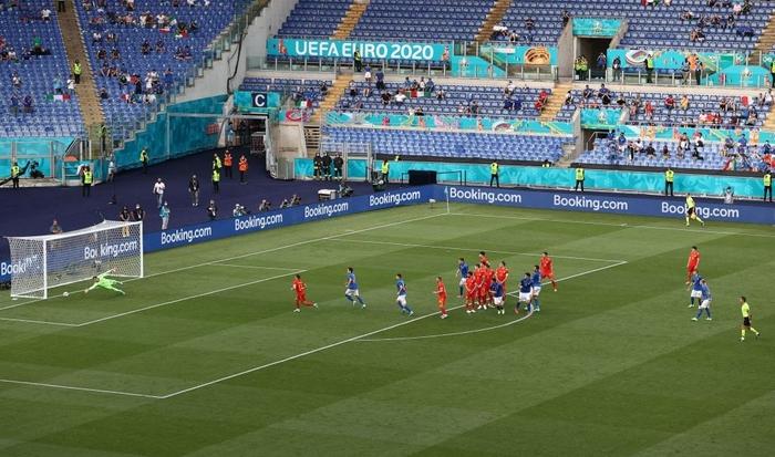 Chuyện dị mùa Euro 2020: Đội bóng lập hàng rào mấy lớp cho đối thủ hết soi, thủ môn nhàn quá bị thay ra cho có tính cạnh tranh - Ảnh 3.