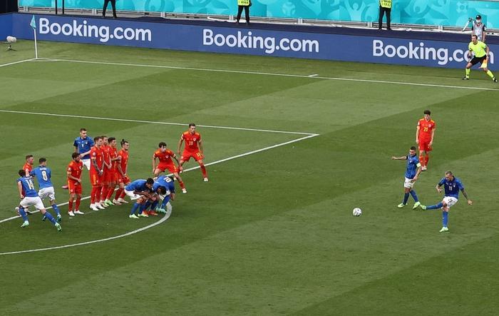 Chuyện dị mùa Euro 2020: Đội bóng lập hàng rào mấy lớp cho đối thủ hết soi, thủ môn nhàn quá bị thay ra cho có tính cạnh tranh - Ảnh 2.