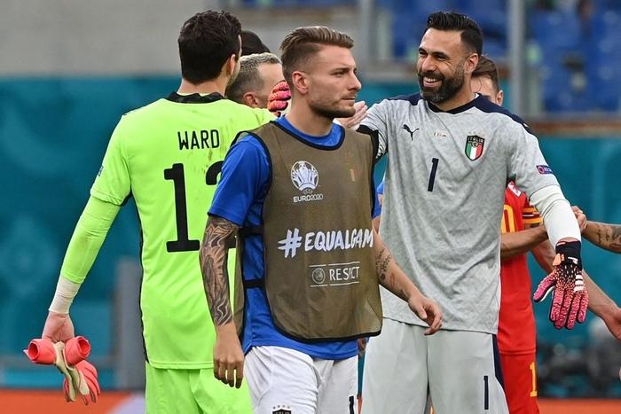 Chuyện dị mùa Euro 2020: Đội bóng lập hàng rào mấy lớp cho đối thủ hết soi, thủ môn nhàn quá bị thay ra cho có tính cạnh tranh - Ảnh 5.