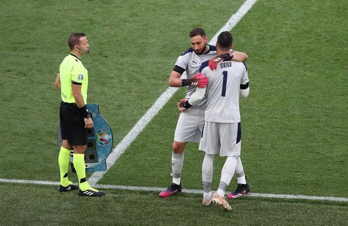 Chuyện dị mùa Euro 2020: Đội bóng lập hàng rào mấy lớp cho đối thủ hết soi, thủ môn nhàn quá bị thay ra cho có tính cạnh tranh - Ảnh 4.