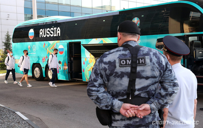 Bị loại sớm tại Euro 2020, đội tuyển Nga lủi thủi về nước trong vòng vây của 5 xe cảnh sát - Ảnh 7.