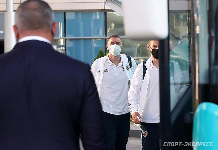 Bị loại sớm tại Euro 2020, đội tuyển Nga lủi thủi về nước trong vòng vây của 5 xe cảnh sát - Ảnh 5.
