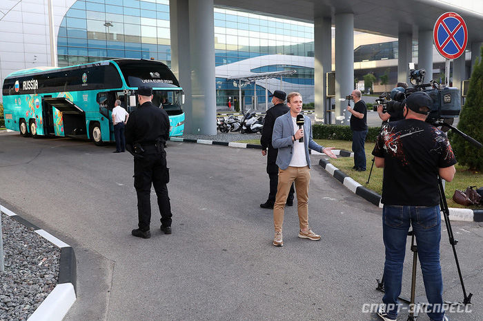 Bị loại sớm tại Euro 2020, đội tuyển Nga lủi thủi về nước trong vòng vây của 5 xe cảnh sát - Ảnh 2.