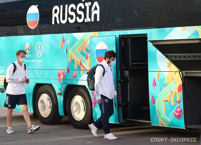 Bị loại sớm tại Euro 2020, đội tuyển Nga lủi thủi về nước trong vòng vây của 5 xe cảnh sát - Ảnh 4.