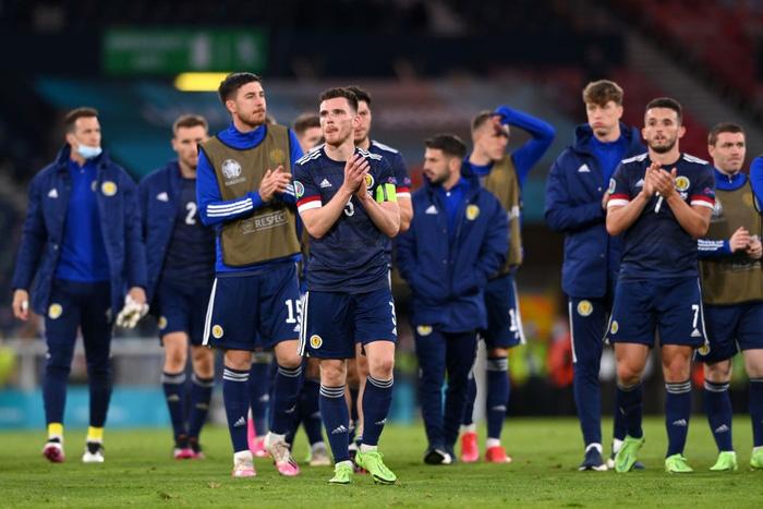 Người đàn ông mặc váy quỳ sụp, ôm mặt thất vọng khi đội nhà tuột khỏi tay cơ hội đi tiếp ở Euro 2020 - Ảnh 8.