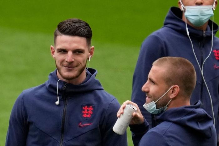 Tuyển thủ Anh đưa lên miệng uống ừng ực một lon nước cực dị trước thềm trận đấu tại Euro, tìm hiểu kỹ mới biết lý do đằng sau - Ảnh 2.