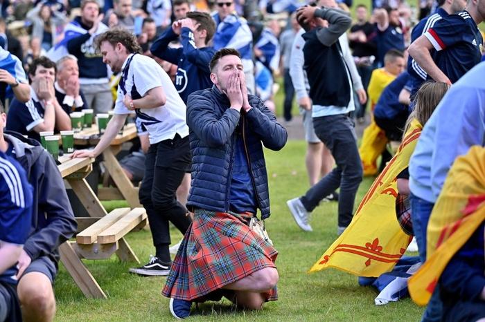 Người đàn ông mặc váy quỳ sụp, ôm mặt thất vọng khi đội nhà tuột khỏi tay cơ hội đi tiếp ở Euro 2020 - Ảnh 3.