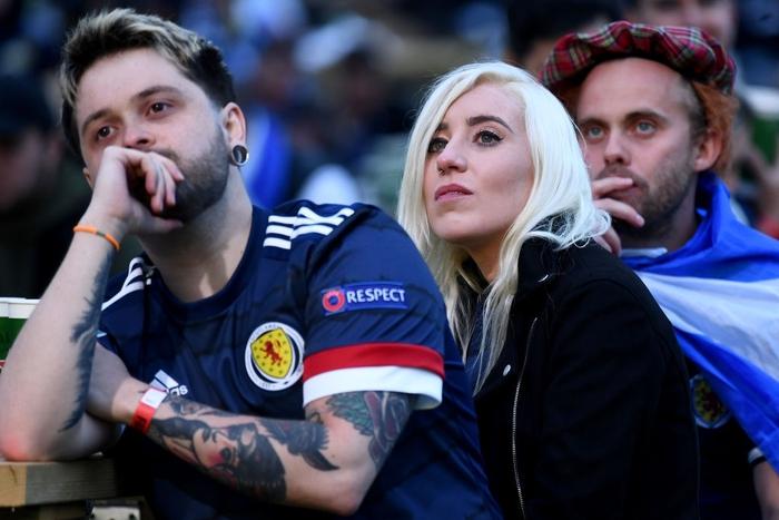 Người đàn ông mặc váy quỳ sụp, ôm mặt thất vọng khi đội nhà tuột khỏi tay cơ hội đi tiếp ở Euro 2020 - Ảnh 7.