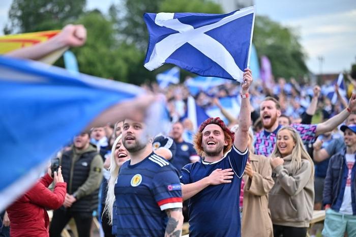 Người đàn ông mặc váy quỳ sụp, ôm mặt thất vọng khi đội nhà tuột khỏi tay cơ hội đi tiếp ở Euro 2020 - Ảnh 1.