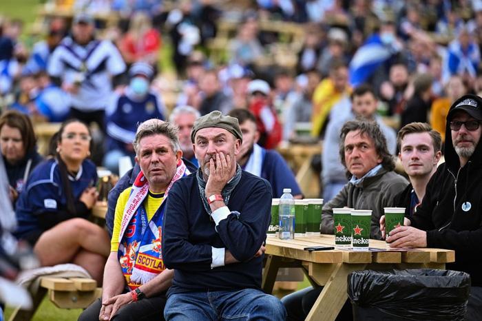 Người đàn ông mặc váy quỳ sụp, ôm mặt thất vọng khi đội nhà tuột khỏi tay cơ hội đi tiếp ở Euro 2020 - Ảnh 6.