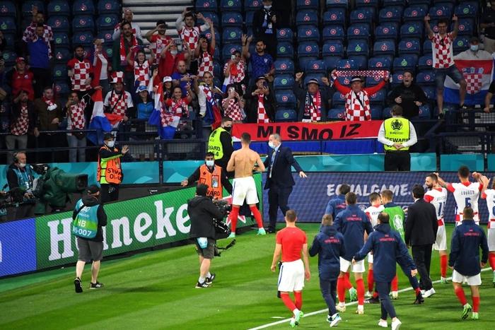 Người đàn ông mặc váy quỳ sụp, ôm mặt thất vọng khi đội nhà tuột khỏi tay cơ hội đi tiếp ở Euro 2020 - Ảnh 9.