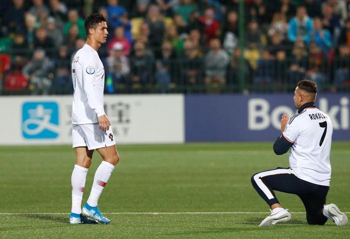 """Đánh liều chạy vào sân, """"fan cuồng"""" được Ronaldo nựng má: Biểu cảm của cậu thanh niên chứng minh CR7 vĩ đại thế nào - Ảnh 10."""