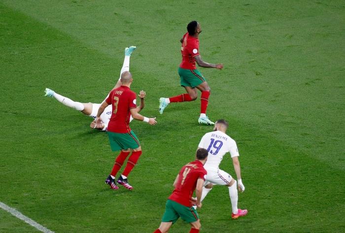 """Ronaldo sắm vai người hùng, Bồ Đào Nha cầm hòa Pháp để giành """"vé vớt"""" - Ảnh 4."""